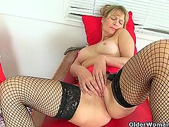 UK milf Josie toys her hairy fanny on toilet