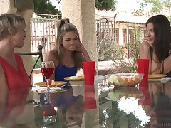 Nobody knows better than adorable Dee Williams how to agitate transmitted to wet friend's pussy