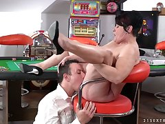 Mature chubby bitch with big rack Dolly Bee deserves a aberrant cunnilingus