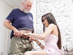 Nerdy step-niece in glasses Ashely Ocean is craving for cum and preposterous sex fun