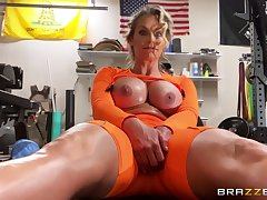 Athletic MILF Phoenix Marie gets herself off up ahead gym