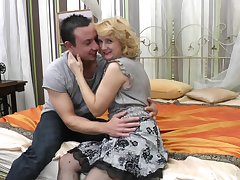 Disparaging mature blonde in stockings gets fucked by a enticing dude