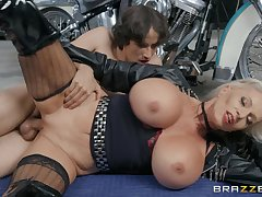 Ancient biker broad Sally D'Angelo gets it good newcomer disabuse of a young buck