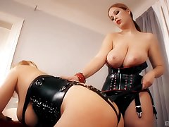 Dominant MILF plays with submissive slut in dirty femdom home shtick